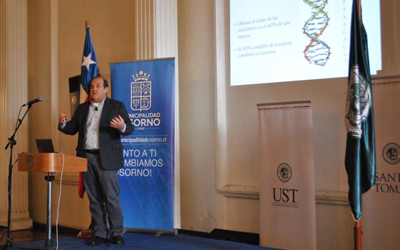 """La charla inaugural """"Chile secuencia a Chile"""", estuvo a cargo del investigador Miguel Allende, Doctor en Biología Molecular de la Universidad de Pennsylvania y profesor titular del Departamento de Biología de la Universidad de Chile."""